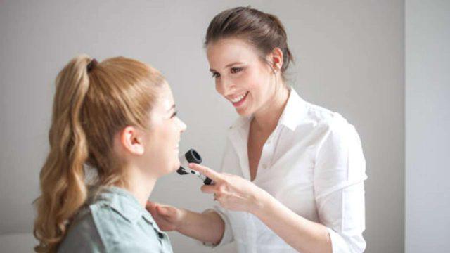 Dermatologista A Analisar A Pele Da Paciente