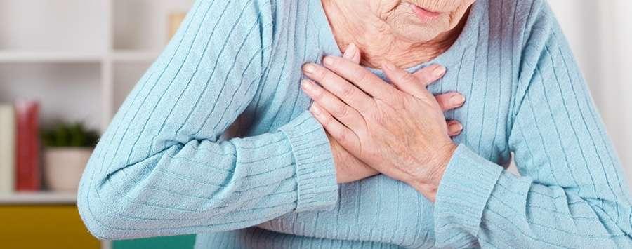 o aperto ou dor no peito são um dos principais sintomas de embolia pulmonar.