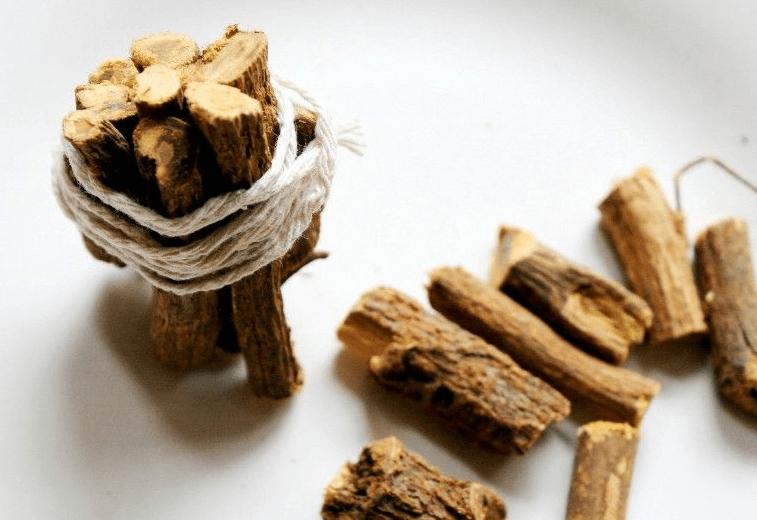 A Raiz De Alcaçuz é Uma Outra Planta Medicinal Que Impede A Perda De Cabelo E Lesão Adicional No Cabelo. As Propriedades Deste Remédio Caseiro Apaziguam E Abrem Os Poros