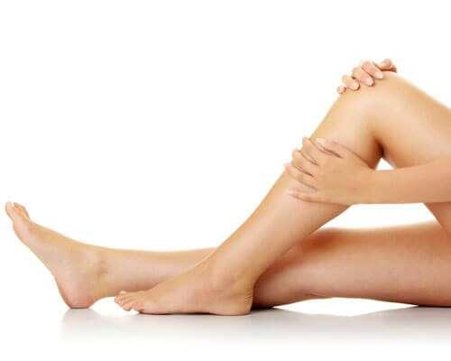 Remédio caseiro para clarear joelhos escuros