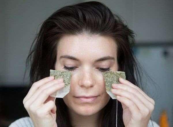 Use bolsas frias de chá de camomila para reduzir o inchaço e olheiras sob os olhos