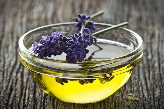 oleo-essencial-de-lavanda-e-relaxante-e-complementa-outros-oleos-essenciais-possui-propriedades-de-acao-antibacteriana-analgesica-e-antimicrobiana