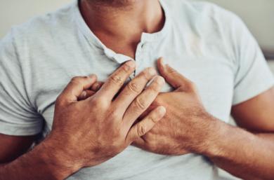Aperto E Dor No Peito é Um Dos Sintomas De Doença No Coração