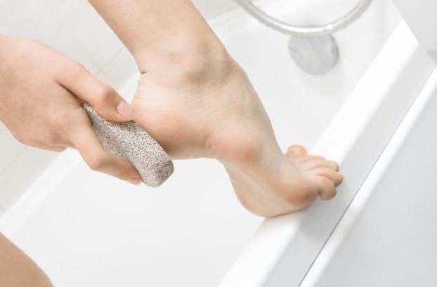 Esfregar Pedra Pomes Nos Pés Ajuda A Eliminar As Calosidades