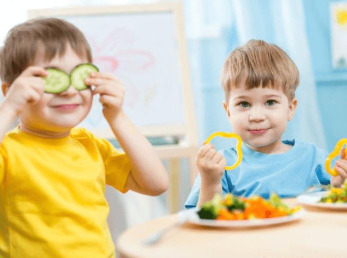 Crianças A Comer Alimentos Saudáveis