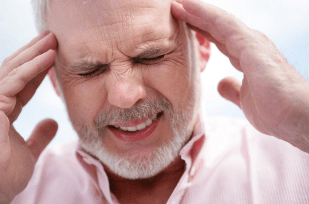 Massaje A Região Dos Templos Com óleo Essencial Para Aliviar A Dor De Cabeça