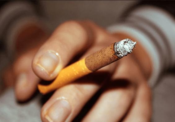 Dedos E Unhas Amarelas Do Cigarro