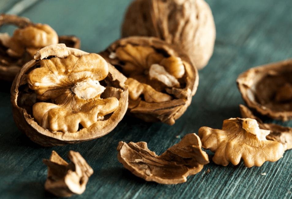 Alimentos Ricos Em Nutrientes Que Aumentam A Contagem De Espermatozóides Incluem Bananas, Chocolate Amargo, Ginseng E Nozes.