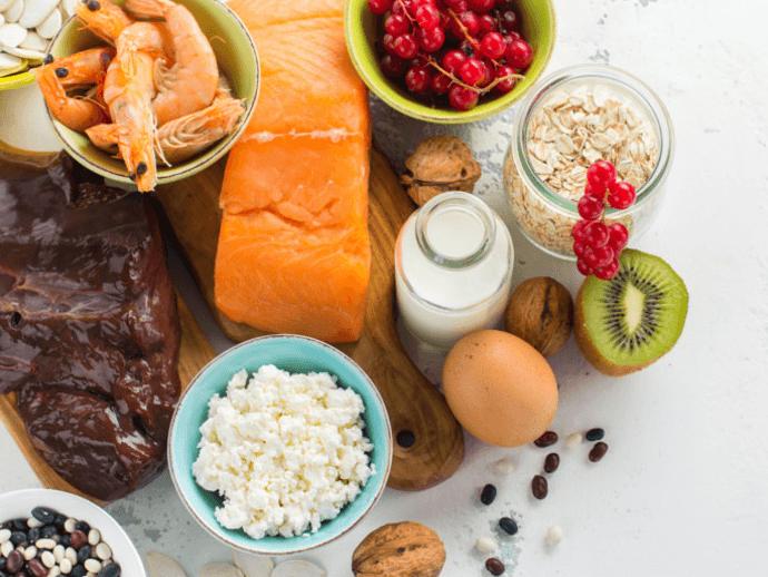 Os Alimentos Ricos Em Fósforo Incluem Marisco, Lacticinios, Ovos, Feijões E Carnes De Porco E Bovino