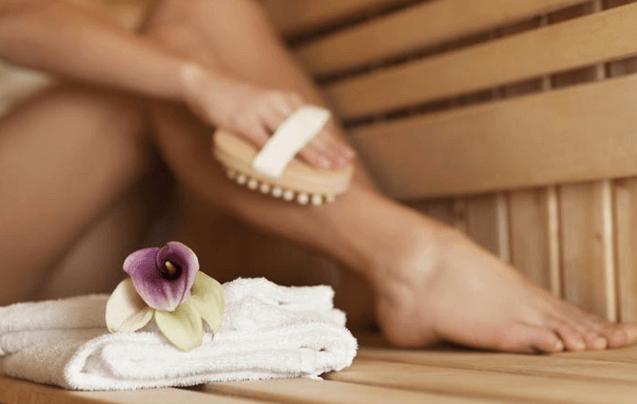 Usando Uma Escova De Cerdas Macias E Naturais E óleo Para Eliminar A Celulite