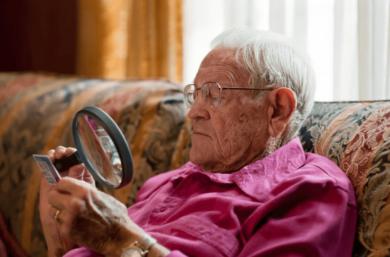A Degeneração Macular Relacionada à Idade Pode Levar A Uma Perda Crescente Da Visão Central à Medida Que As Pessoas Envelhecem