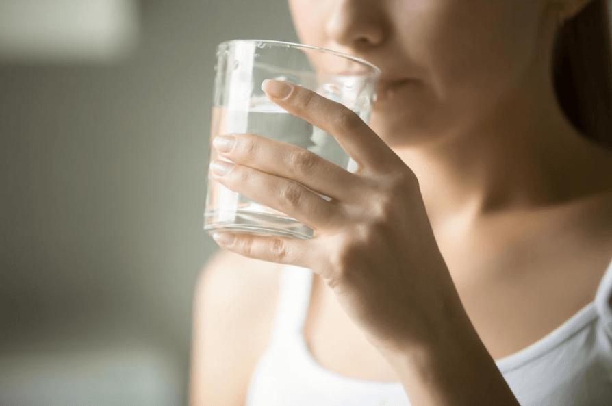 Beber água Com Frequência Pode Ajudar A Prevenir A Desidratação Causada Pela Diarreia.