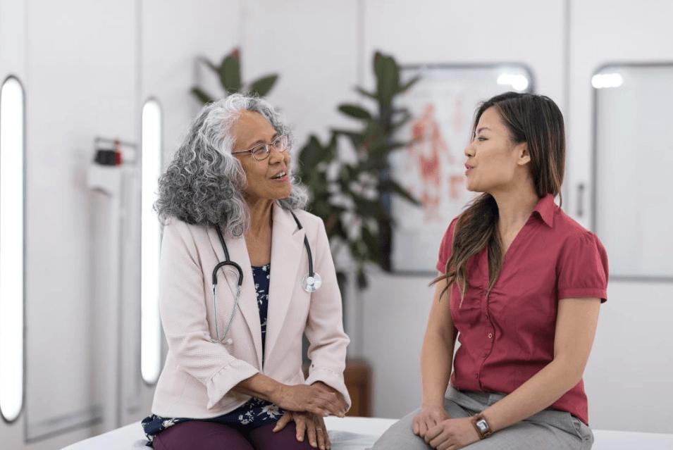 Mulher Discututindo Sobre Alterações Inexplicáveis no Corrimento Vaginal Com O Médico