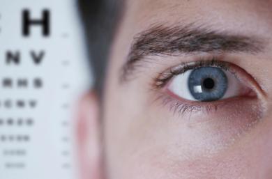 Os Principais Sinais De Descolamento De Retina Incluem O Aumento Súbito De Moscas Volantes