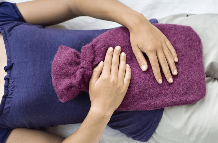 Aplique Uma Almofada Quente Para Aliviar A Dor Na Ovulação