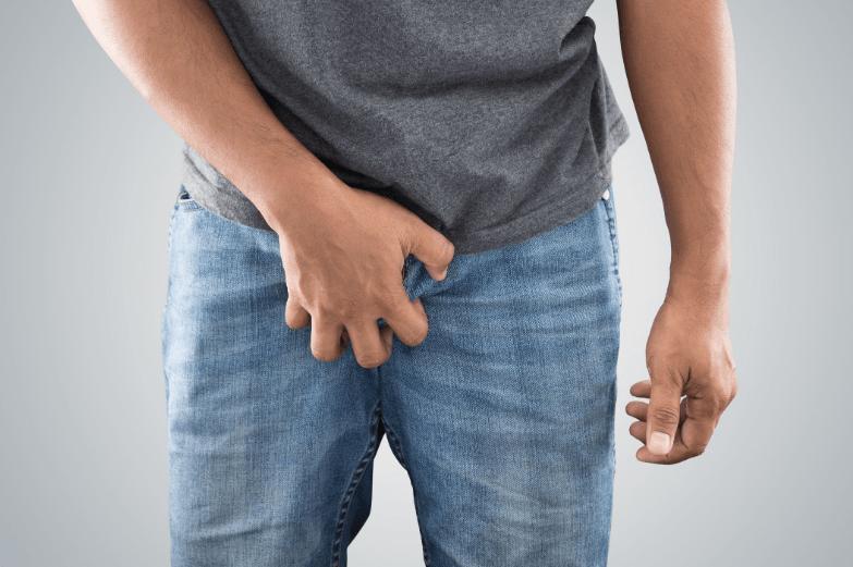 Coceira no pênis: candidíase, psoríase + 10 causas e o que fazer